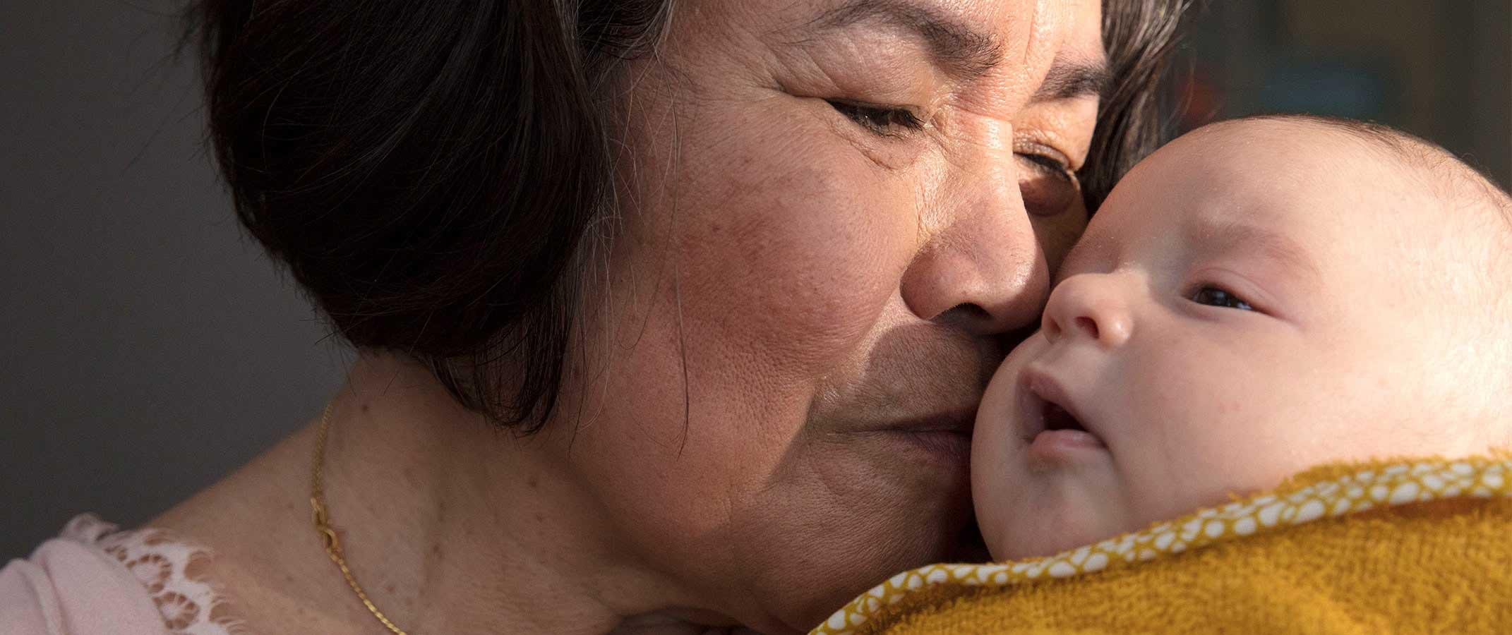 Señora arrullando a bebé