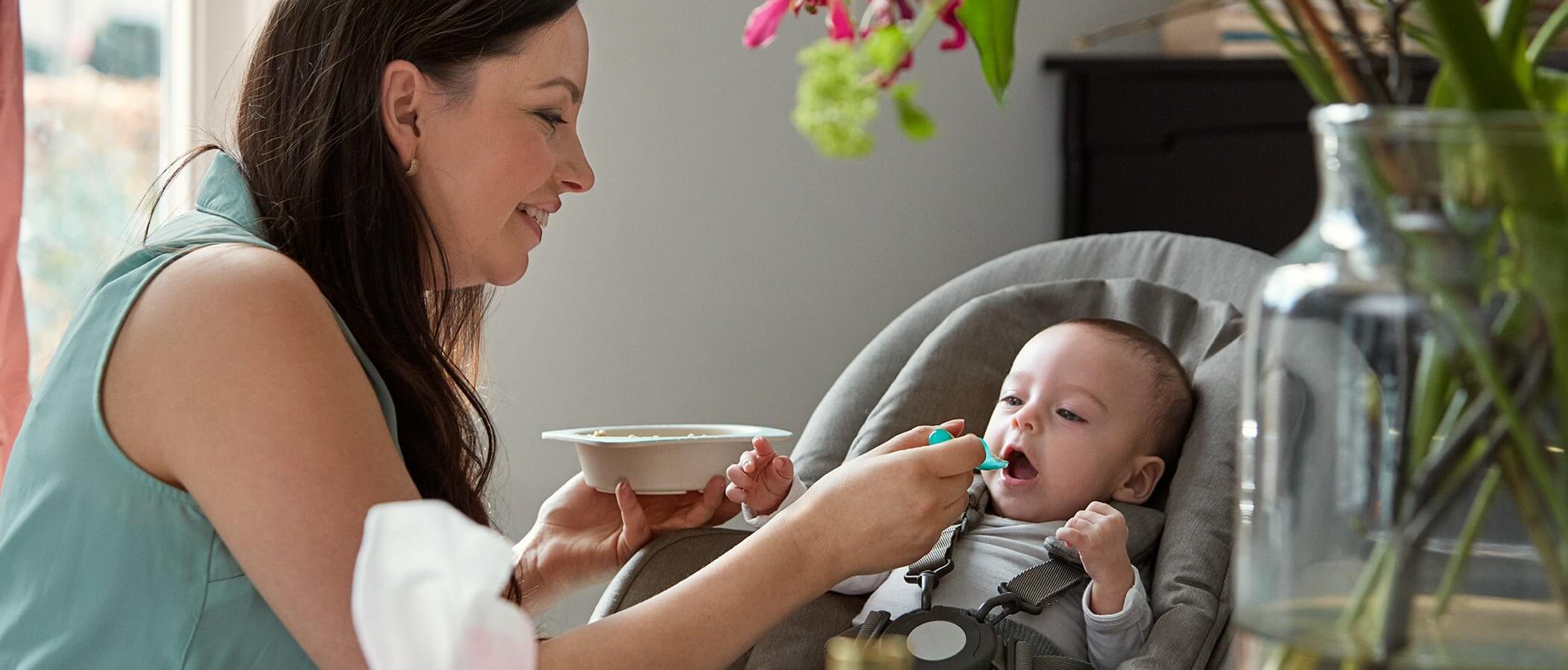 mama alimentando bebe
